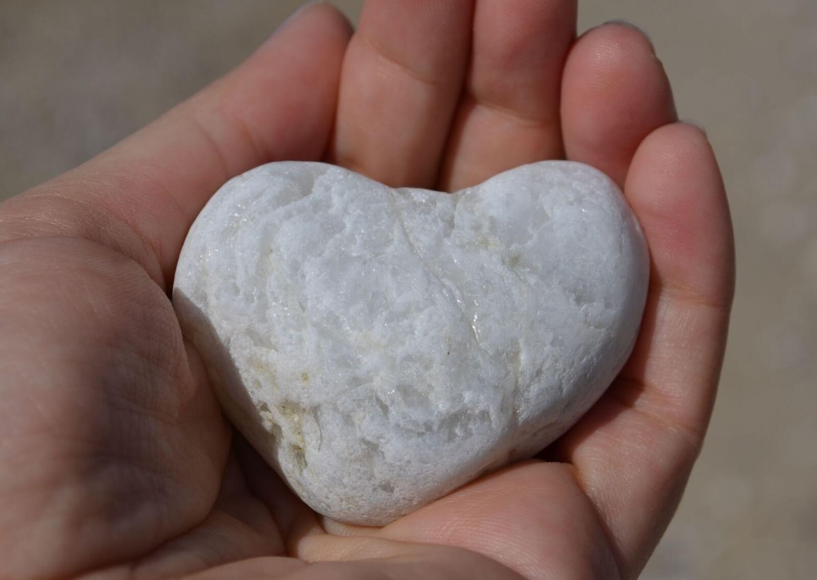 stenen hart in hand